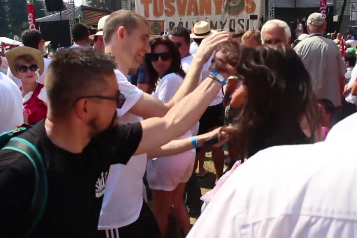 Incident violent la Tuşnad. O femeie, trasă de păr şi trântită în timpul discursului premierului Ungariei