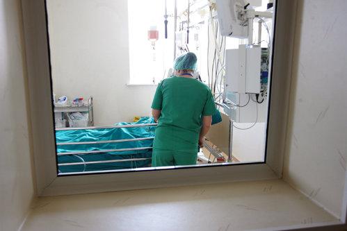 """Un poliţist din Maramureş le-a spus medicilor de la Urgenţă că a fost muşcat de o căpuşă. Când s-a dezbrăcat, doctorii au consemnat un """"record absolut"""""""