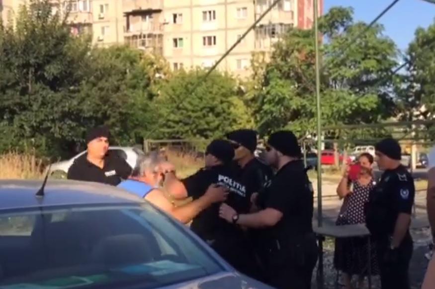 VIDEO. Şeful unui târg ilegal din sectorul 5 s-a luat la bătaie cu poliţiştii locali