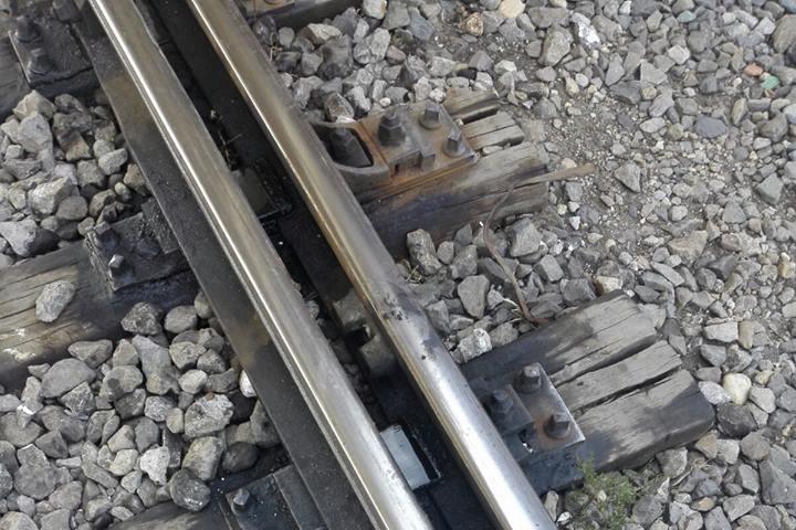 Intervenţie neobişnuită a pompierilor la Timiş, după ce un copil a rămas blocat între şinele de tren. FOTO