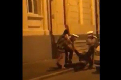 O nouă înregistrare arată cum a ajuns, de fapt, medicul de la Giuleşti să fie TÂRÂT de doi poliţişti în plină stradă. VIDEO