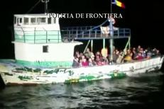 Pescador cu 70 de imigranţi, între care şi copii, interceptat de poliţiştii de frontieră români la Mangalia