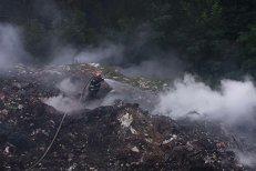 O groapă de gunoi din Vâlcea arde de opt zile, iar aerul e irespirabil în mai multe localităţi. Ministrul Mediului:
