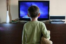Cât de periculos este televizorul pentru copiii mici. Studiul care arată gravitatea situaţiei în România