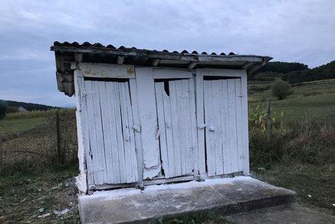 Mii de elevi încep şcoala în clădiri vechi, neautorizate, fără apă şi cu toaleta în curte. FOTO