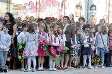 Începutul anului şcolar, gaură în buzunar pentru părinţi: Fără flori, nu poate începe şcoala. Am dat pe buchet 250 de lei