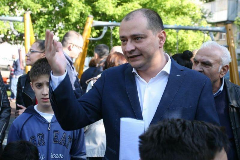 """Revolta părinţilor din Sectorul 4, după ce primarul Băluţă a renunţat la contractele de pază pentru şcoli: """"Dar de borduri aveţi bani?"""""""