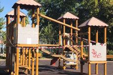 Accident grav în Parcul Tei. Un copil a căzut de la înălţime după ce echipamentul de joacă în care se afla s-a defectat. FOTO