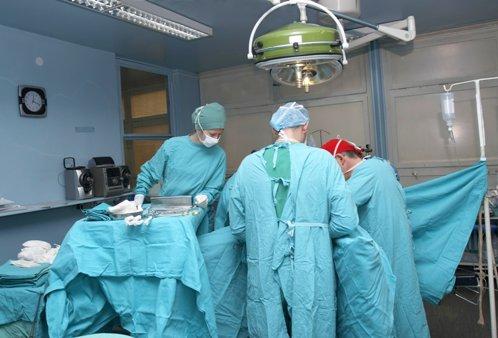 Cum arată mâna unui chirurg după 12 ore de operaţii pe inimă. Fotografia postată de un medic din Timişoara