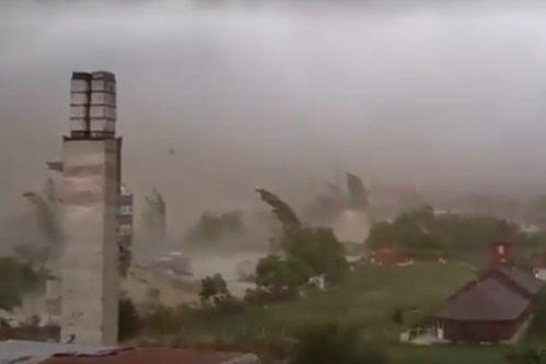 Furtuni violente în vestul ţării. Opt oameni au murit şi 137 au fost răniţi. Vântul puternic a făcut ravagii în toată Transilvania. VIDEO UPDATE