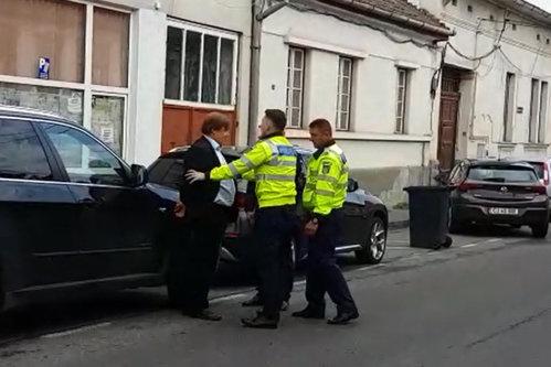 Un medic celebru din Tîrgu Mureş, încătuşat pe stradă de poliţişti, după un simplu control în trafic. VIDEO