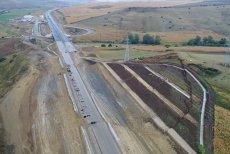 După autostrada plutitoare, avem şi autostrada fisurată. Ministrul Cuc: Constructorul respectă termenul