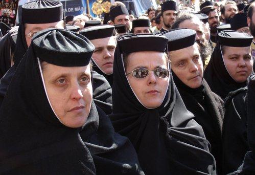 Cât câştigă măicuţele şi călugării din România. Jumătate din bani sunt obligaţi să-i doneze bisericii