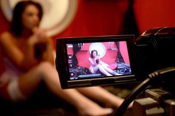Descoperire scandaloasă în casa unei românce care făcea videochat. Poliţiştii au arestat-o imediat