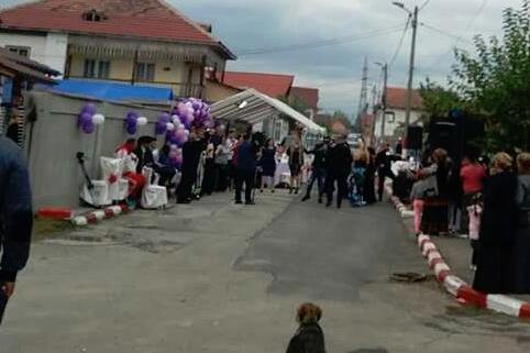 Tupeu uriaş pentru o famillie de romi din Târgu-Jiu: a pus cortul în stradă pentru logodna a doi copii. Ce s-a întâmplat după ce vecinii au chemat poliţia
