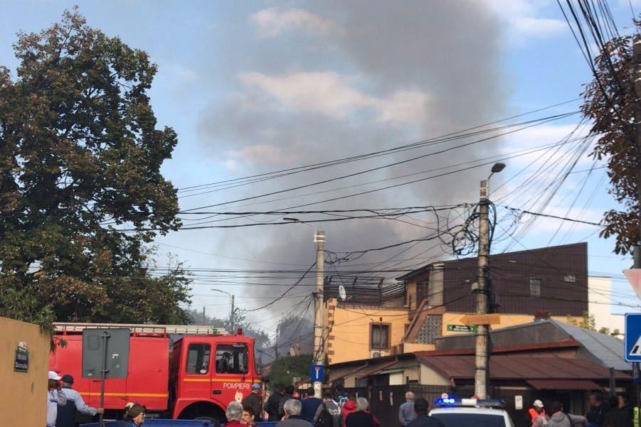 Incendiu puternic în Capitală. Două case au fost cuprinse de flăcări. FOTO