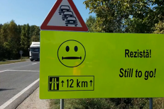 Mesajele inedite pentru şoferi postate pe panouri, înainte de un drum periculos din România. VIDEO