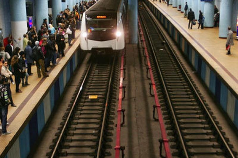 Incident la metrou, la staţia Republica. Un bărbat a căzut pe şine