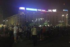 """Protest în Piaţa Victoriei. Zeci de oameni au scandat: """"PSD, ciuma roşie"""""""