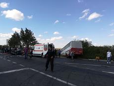 Accident pe DN1. Un microbuz cu muncitori a fost izbit de o maşină