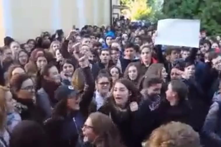 Revoltă la Colegiul Economic din Târgu-Mureş. Directoarea şi-a dat demisia la cererea elevilor. Ce i-a nemulţumit pe aceştia