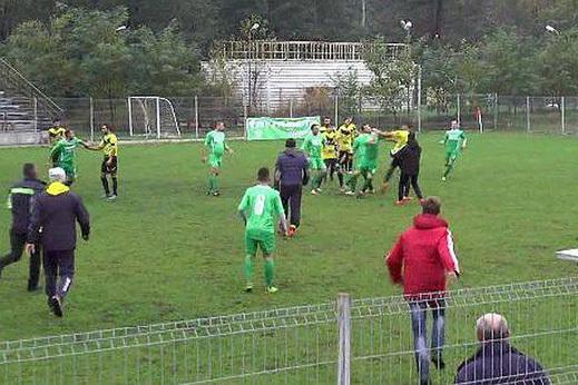Scene de coşmar la un meci din Liga a V-a. Un spectator a scos sabia şi a atacat suporterii echipei adverse