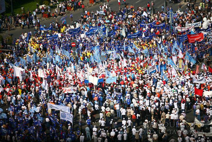 Negocieri sindicate-Guvern. Între timp, Sanitas pichetează Ministerul Finanţelor
