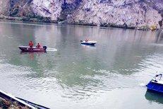 O maşină în care se află o familie cu 2 copii a căzut în Dunăre şi este la o adâncime de nouă metri. Ce au mai găsit poliţiştii din maşină. GALERIE FOTO