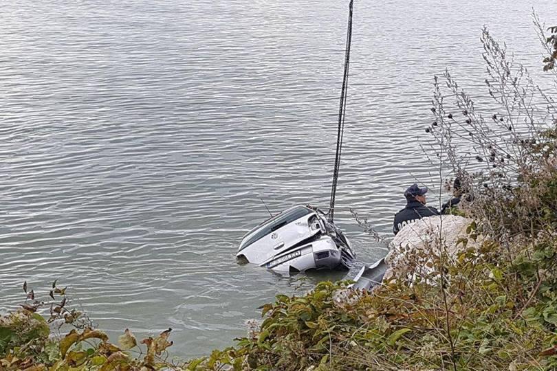 Trupul uneia dintre cele 4 persoane din maşina care a căzut în Dunăre, găsit în Serbia. Familia a identificat-o pe mama copiilor
