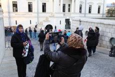 Selfie la racla cu moaştele Sfintei Parascheva. Pelerinajul fotografiilor, la Iaşi. FOTO