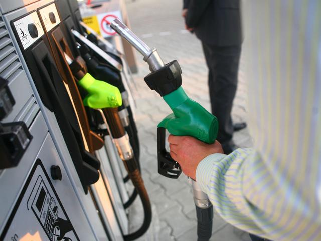 O nouă scumpire a carburanţilor. Preţul benzinei şi motorinei sare de 5 lei/litru