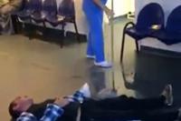 Imagini revoltătoare surprinse la Spitalul din Tulcea: O infirmieră şterge cu mopul pe lângă un pacient căzut