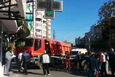 Accident în Crângaşi: o basculantă a intrat pe trotuar. 4 persoane au fost rănite. FOTO