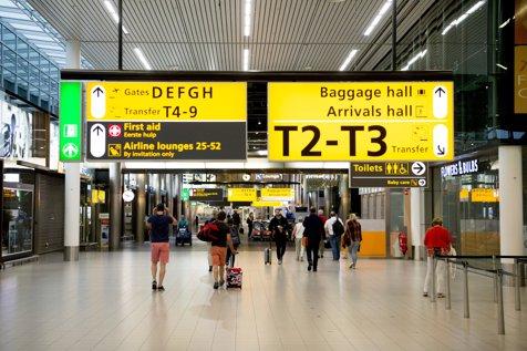 150 de români, blocaţi pe aeroportul din Liverpool din cauza uraganului Ophelia