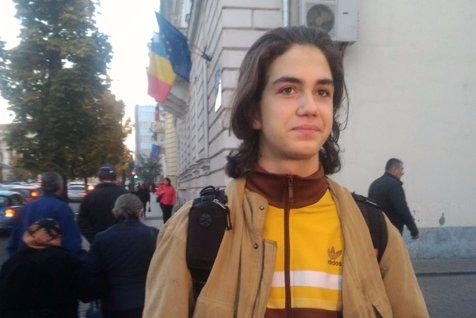 Cum a apărut la şcoală astăzi elevul de la Liceul Greco-Catolic care fusese trimis acasă pentru că avea părul lung. Reacţia directorului
