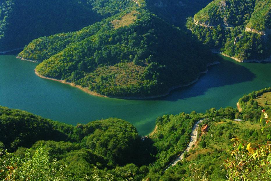 Arde Parcul Naţional Domogled, unul dintre cele mai frumoase din lume. Zeci de hectare sunt afectate de un incendiu