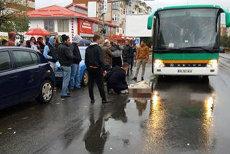 Femeie rănită grav într-un accident, dusă la spital cu o dubă, toate ambulanţele fiind ocupate. Primarul a rugat un localnic să ajute