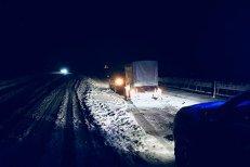 Iarna şi-a intrat în drepturi în Pasul Tihuţa. Furtuna de zăpadă a oprit TIR-urile şi autoturismele