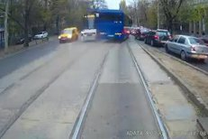 Cascadorii cu autocarul Jandarmeriei. Imagini incredibile filmate în Bucureşti. Poliţia face anchetă. VIDEO