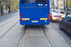 Amenda uriaşă primită de şoferul autocarului Jandarmeriei, filmat circulând agresiv şi cu vitează pe linia de tramvai. VIDEO