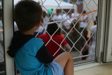 Caz REVOLTĂTOR la Focşani. Un copil de 5 ani a ajuns la spital după ce a fost bătut de tată pentru că nu şi-a terminat temele pentru grădiniţă