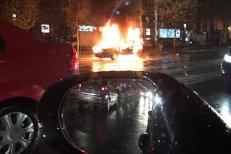 O maşină s-a făcut scrum în centrul Bucureştiului. Primele informaţii de la ISU
