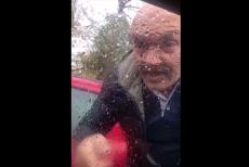 Ce s-a întâmplat cu un şofer de 55 de ani din Bucureşti care s-a răzbunat pe un alt şofer şi i-a făcut praf parbrizul maşinii: VIDEO