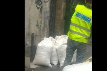 Ce a făcut un bucureştean care a găsit pe stradă mai mulţi saci plini cu milioane de cartele telefonice