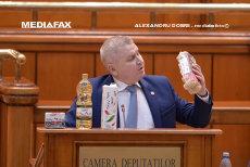 Lapte, ouă, pâine, carne şi ulei la Tribuna Parlamentului în ziua moţiunii: Nu mai luaţi ţara la mişto