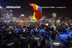 Mesajul Jandarmeriei române, pe Facebook, pentru protestatarii care ies în stradă. Tensiuni între jandarmii călare şi protestatari