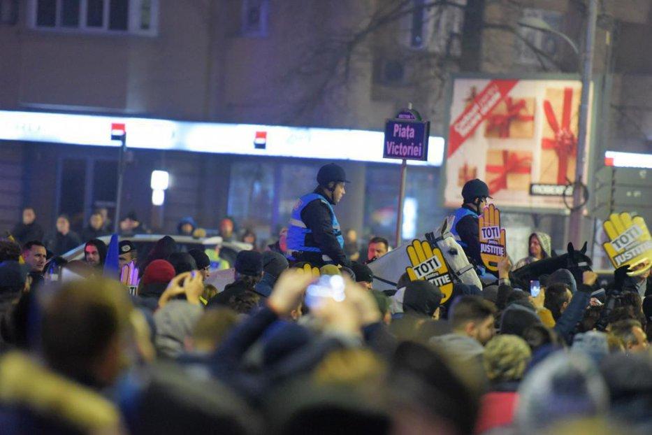 Jandarmeria Română, primele explicaţii, după ce caii ar fi pus în pericol protestatarii