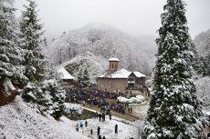 Peste 10.000 de pelerini la Mănăstirea Prislop, la 28 de ani de la moartea părintelui Arsenie Boca. GALERIE FOTO