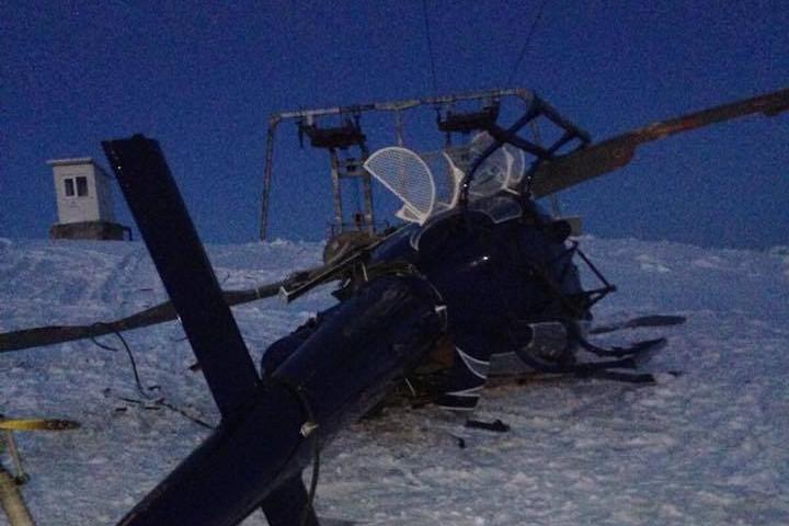 Elicopterul unui milionar român s-a făcut praf, după ce vântul l-a izbit de o pârtie de schi de pe Muntele Mic