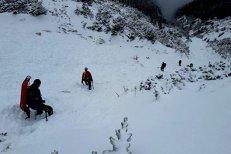 Trei salvamontişti surprinşi de o avalanşă când urcau tricolorul în Munţii Călimani. Unul dintre ei a fost găsit în viaţă. Despre colegii lui nu se ştie nimic. UPDATE